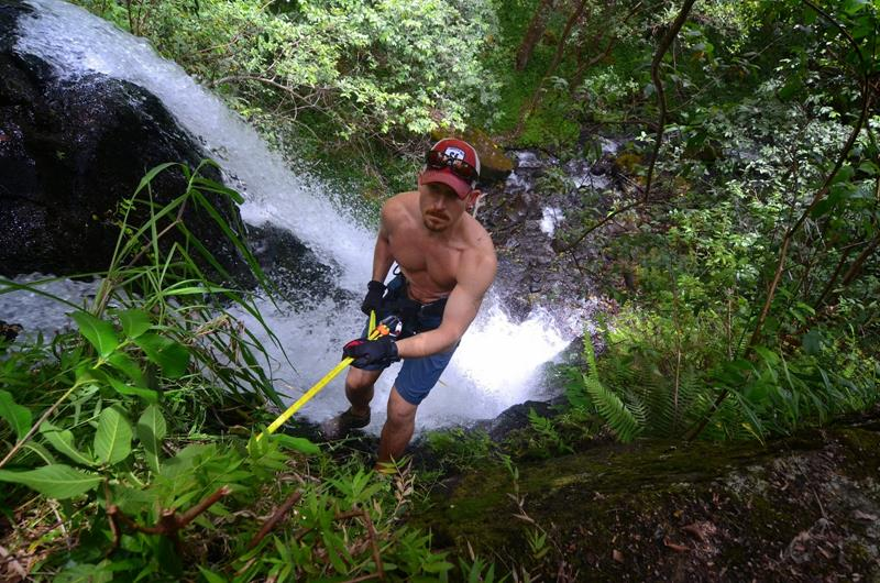 24 Spine-Tingling Pictures from Hawaii's Most Dangerous Hiking Trail-008