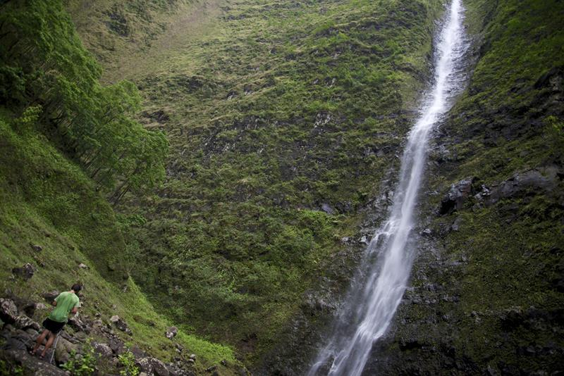24 Spine-Tingling Pictures from Hawaii's Most Dangerous Hiking Trail-016