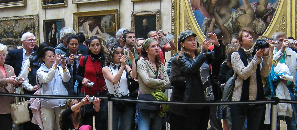 30 Most Disappointing Travel Destinations on Earth-010_Louvre-tourists-Mona-Lisa