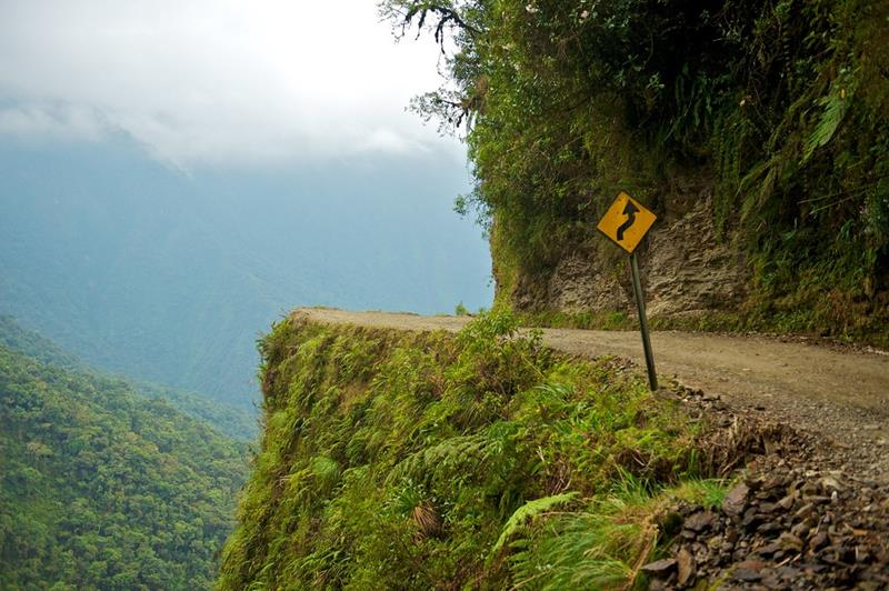 15 Photos of One of the World's Most Dangerous Mountain Biking Paths-1